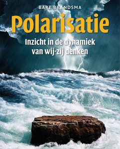 Polarisatie: Inzicht in de dynamiek van wij-zij denken Dit heldere basisboek is geschreven voor professionals die grip willen krijgen op polarisatie in de dagelijkse praktijk. Of het nu gaat om politie, rechtspraak, onderwijs, of we nu burgemeester zijn, leerkracht of journalist; we hebben visie, inzichten en handvatten nodig in een tijd waarin polarisatie – wij-zij denken – zich als een rode draad door politiek en samenleving rijgt. Het boek levert eye-openers en beschrijft in drie delen wat we moeten weten om een polarisatiestrategie te ontwikkelen en toe te passen. Het eerste deel behandelt de dynamiek van polarisatie, waarna in het tweede deel het conflict; 'het kleine broertje van polarisatie' aan bod komt. Doorspekt met praktische voorbeelden komen de grondpatronen in ons handelen en denken aan bod, naast de mensbeelden die ons daarbij parten spelen. In het derde deel wordt de gereedschapskist – hier al toegerust met inzichten – aangevuld met praktische handvatten. Wat is er nodig voor depolarisatie? Wat zijn de mogelijkheden in de preventiefase, de interventiefase, de bemiddelingsfase en de verzoeningsfase van polarisatie & conflict? Hoe hanteren we daarbij dialoog? En wat zijn de valkuilen? Polarisatiestrategie vraagt om een juiste timing en een afgewogen inschatting van alle krachten. Het denkkader van Bart Brandsma biedt een werkbare en nieuwe benadering, waarmee we onze onmacht in polarisatie kunnen verruilen voor een bewuste polarisatiestrategie en een kundig inzetten van mediative speech en mediative behaviour. Het sluit vervolgens af met twee invalshoeken die niet kunnen ontbreken in een boek over wij-zij denken, hoe hangt radicalisering samen met polarisatie en hoe staat het met de zo noodzakelijke koerswijziging binnen een specifieke en voor polarisatie zeer belangrijke beroepsgroep; de journalistiek? De inzichten krijgen een praktische vertaling en de handvatten zijn in de praktijk met en door professionals ontwikkeld. De tekst in dit basisboek is v